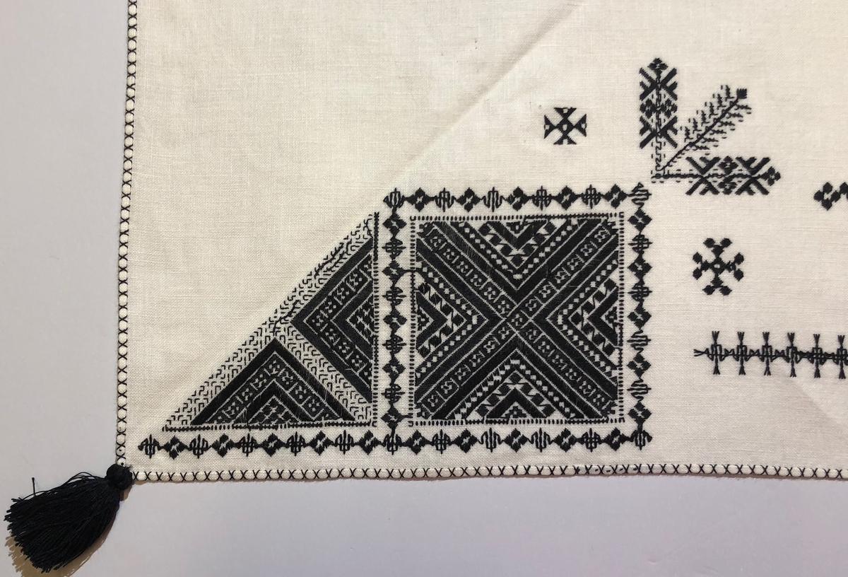 Geometriskt mönster i kvadrater i hörnen. Två bårder mellan kvadraterna på ryggsnibb och framsnibbar.  På ryggsnibben tre kvadrater  och en  majstångsspira samt märkning med årtal och initialer.  På varje framsnibb en kvadrat och en trekant. Sju ornament