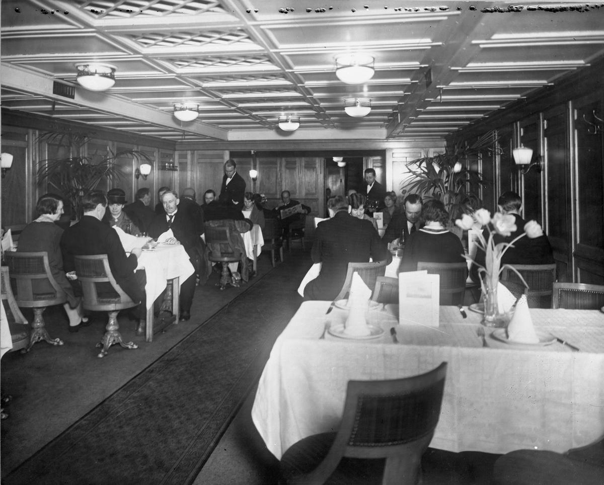 """s/s """"Konung Gustaf V"""", III kl matsal Byggd 1910 på Lindholmens varv i Göteborg. Upphuggen 1968 Tafikerade rutten Trelleborg - Travemünde."""