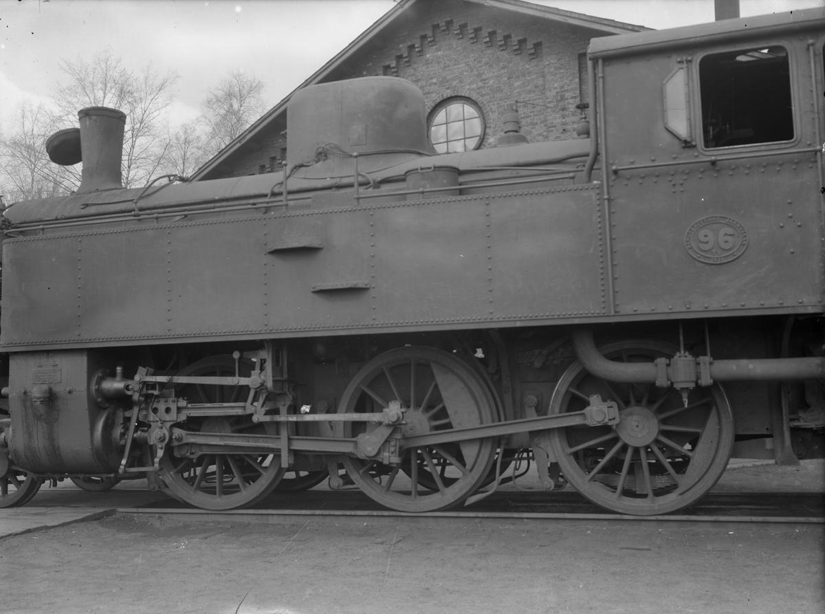 Bergslagernas Järnväg, BJ Y3 96. Bilden visar hur axlarna hamnat fel och ett hjul har säkert lossat från sin axel. Loket går ej att köra. Ångloket tillverkades 1921av  Motala Verkstad, tillverkningsnummer 669. Vid förstatligandet 1948 fick loket littera Statens Järnvägar, SJ S5 1893. Skrotades 1965.