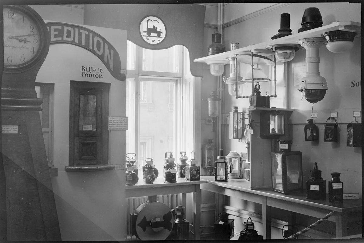 Rummet för tågbelysning genom tiderna samt gamla biljettluckor.