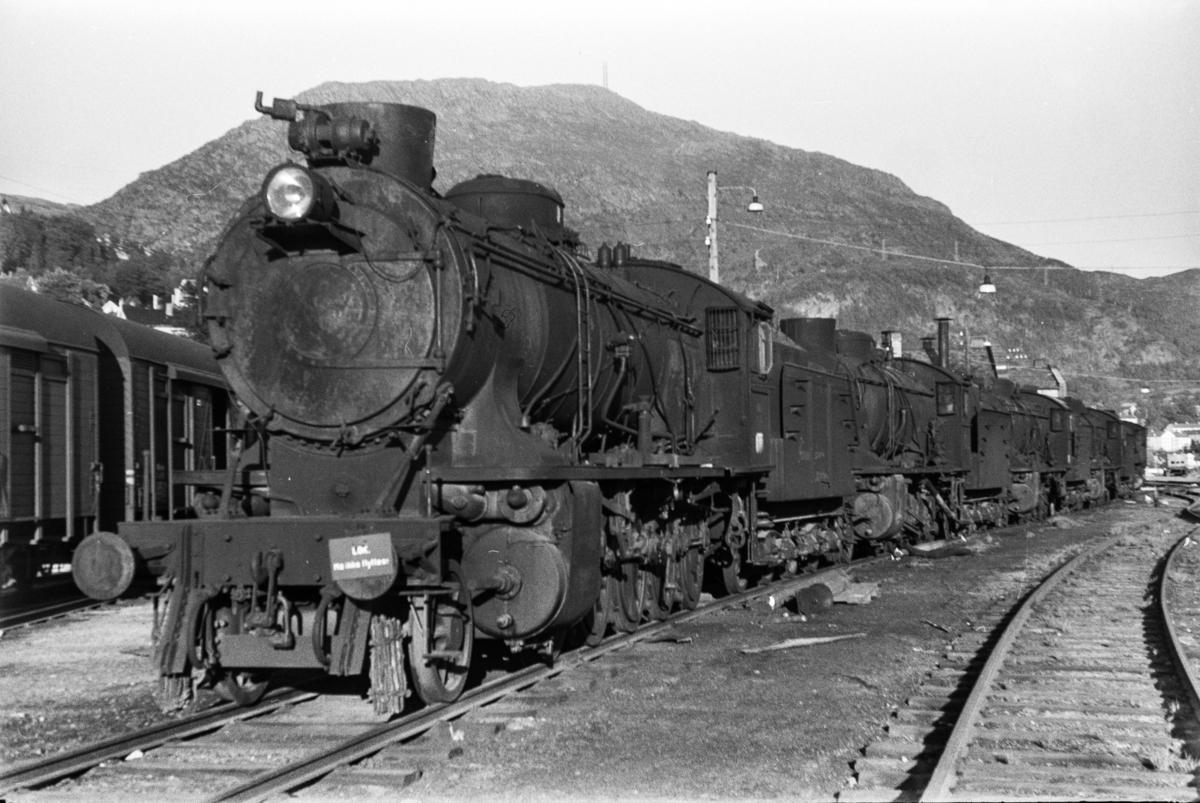 Utrangerte damplokomotiver type 28b og 39a på Sjøsporet ved lokomotivstallen på Bergen stasjon, nærmest type 39a nr. 166.