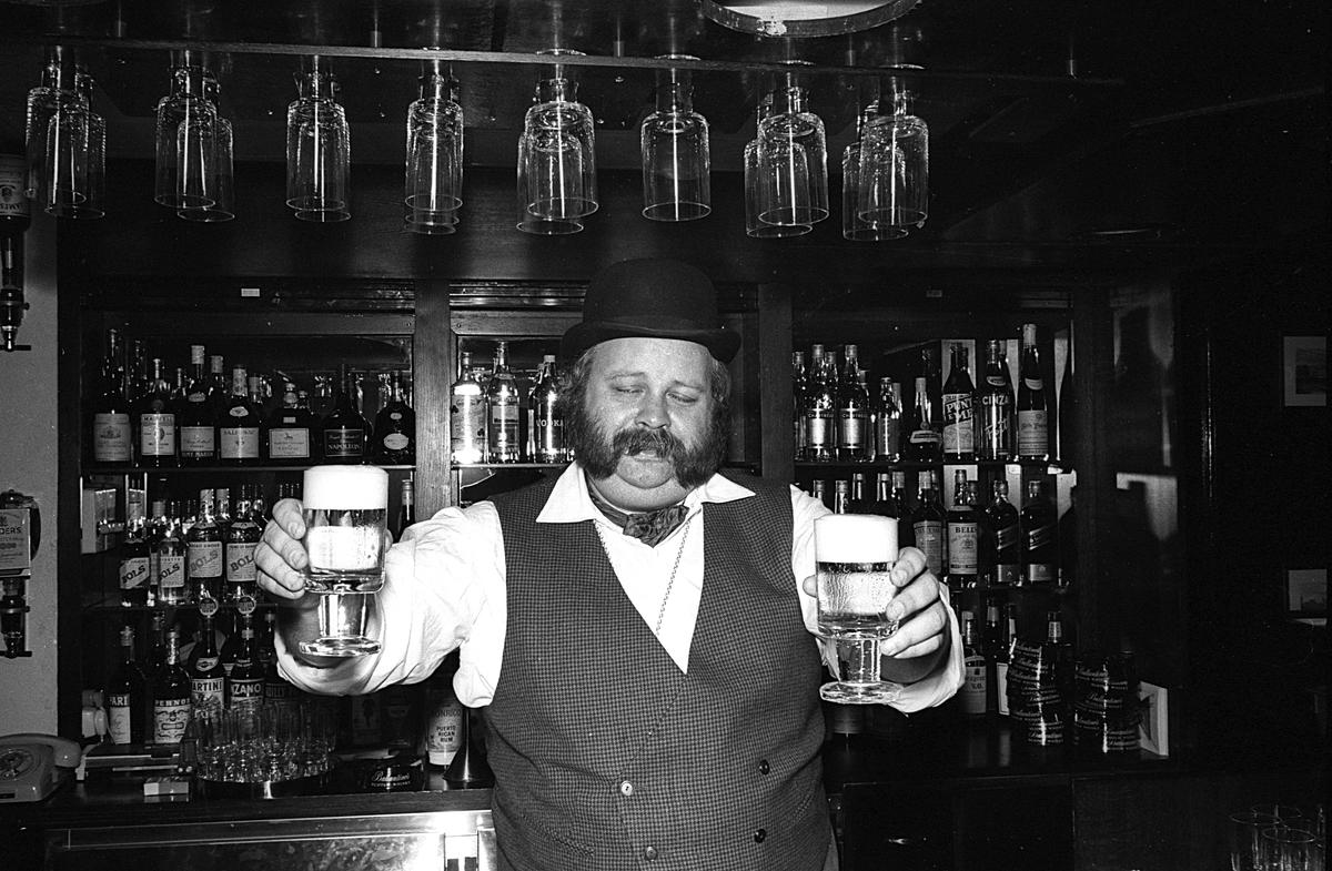 Invigning Trafikrestaurangers, TR, pub vid Centralstationen. Mannen med ölglasen är Åke Söderqvist
