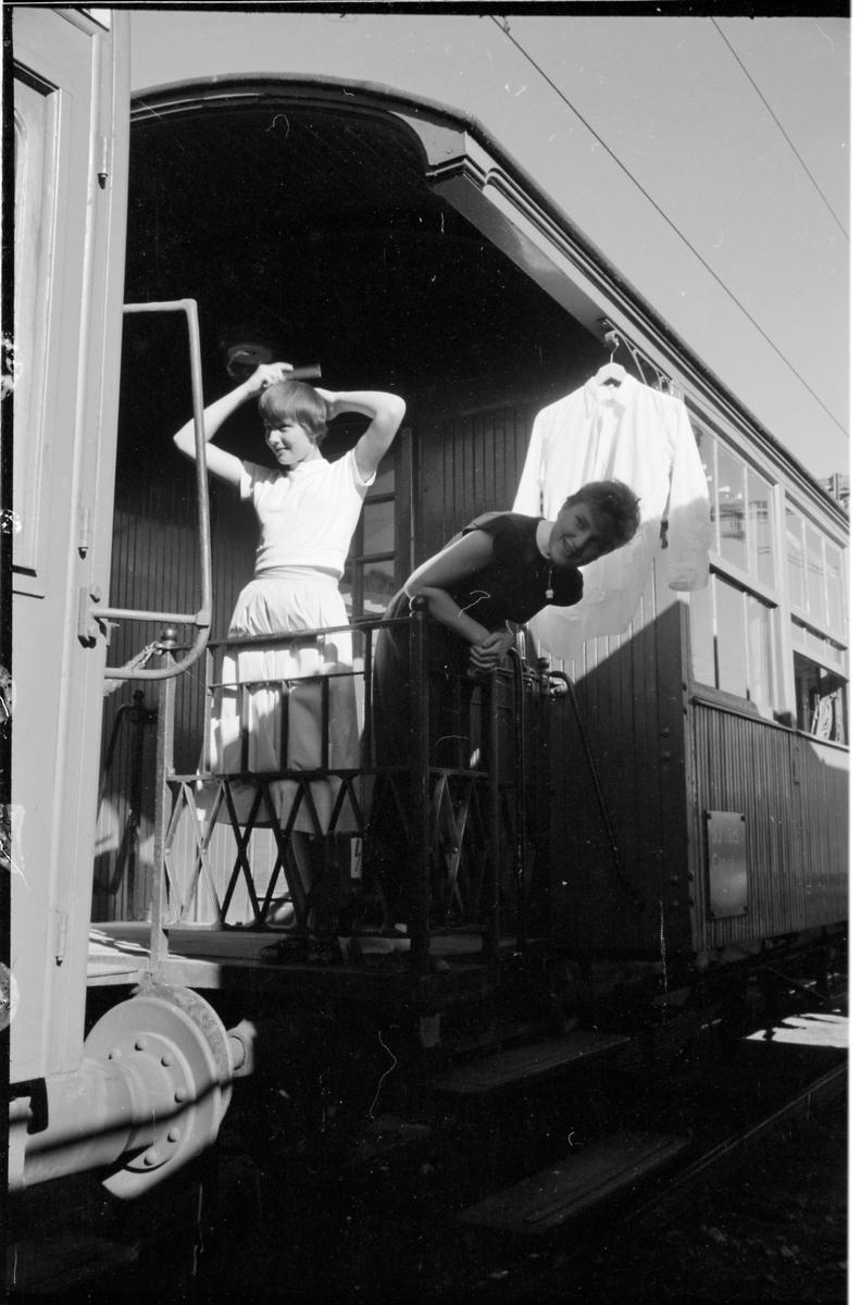 Resenärer ombord tåghem. Torkning av kläder. Statens Järnvägar, SJ C4a 1615.