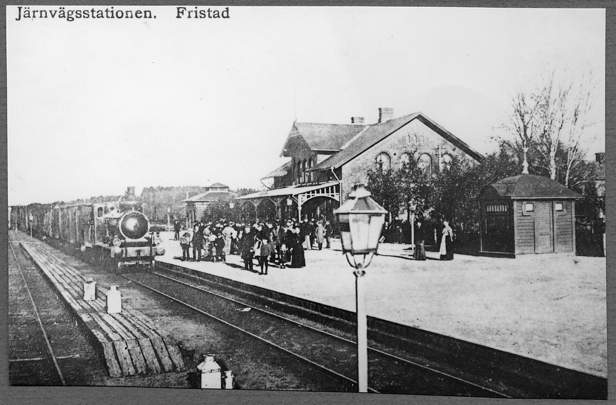 "Fristad station med Borås - Herrljunga Järnväg, BHJ lok 2 ""Herrljunga""."