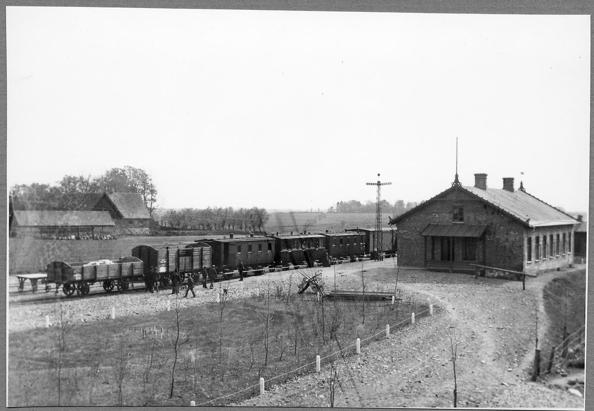 Tågsätt vid Borrby station.