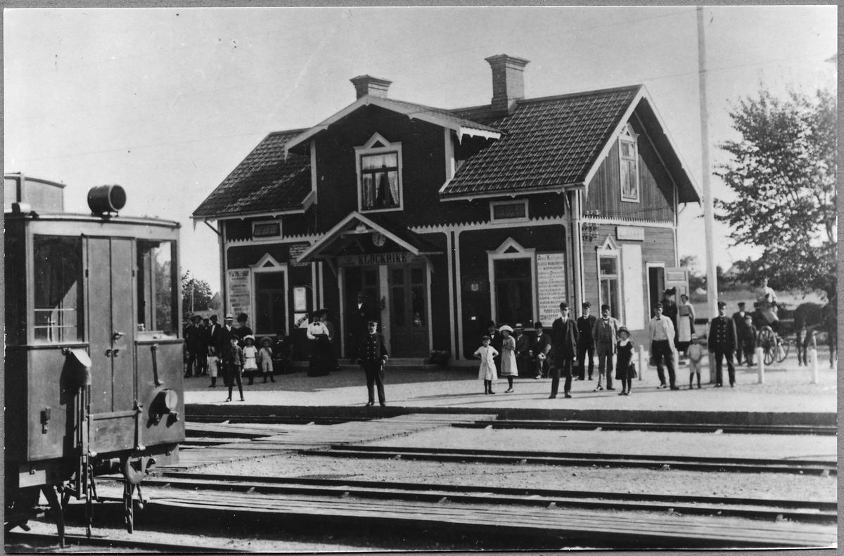 """Mellersta Östergötlands järnvägar, MÖJ, Klockrike station. Fronten på rälsbussen """"Ankan"""" syns."""
