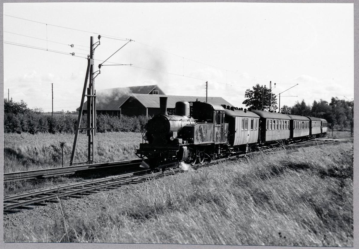 Sista persontåget passerar infarten till Fågelsta. Statens Järnvägar, SJ S2p 3037.