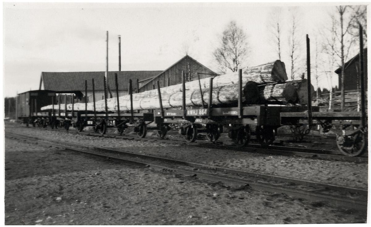 Transport av stolpar från Norrkvill station till England via Verkebäcks hamn.