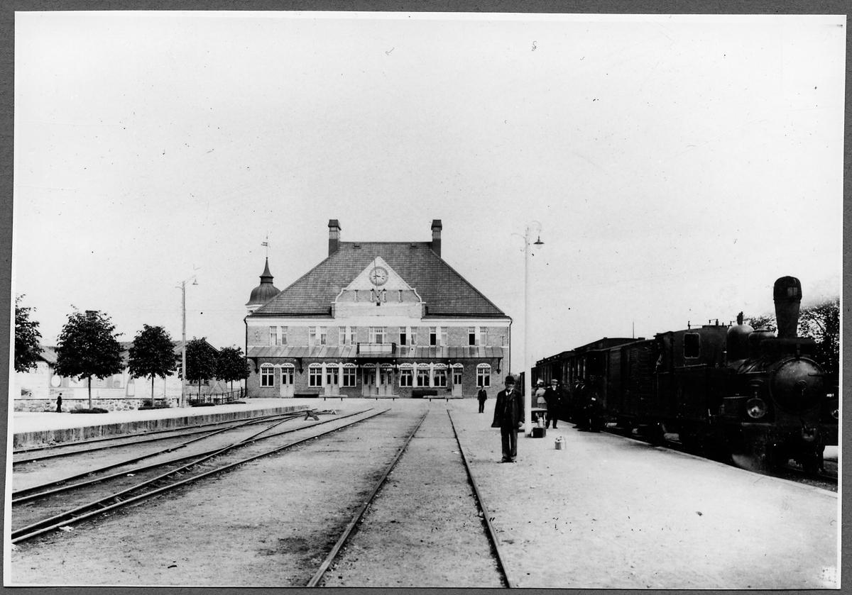 Oskarshamn station. De vänstra spåren tillhör Nässjö - Oskarshamns Järnväg, NOJ. Tåget till höger är ett  Ruda - Oskarshamns Järnväg, ROJ-tåg draget av ROJ lok 1.