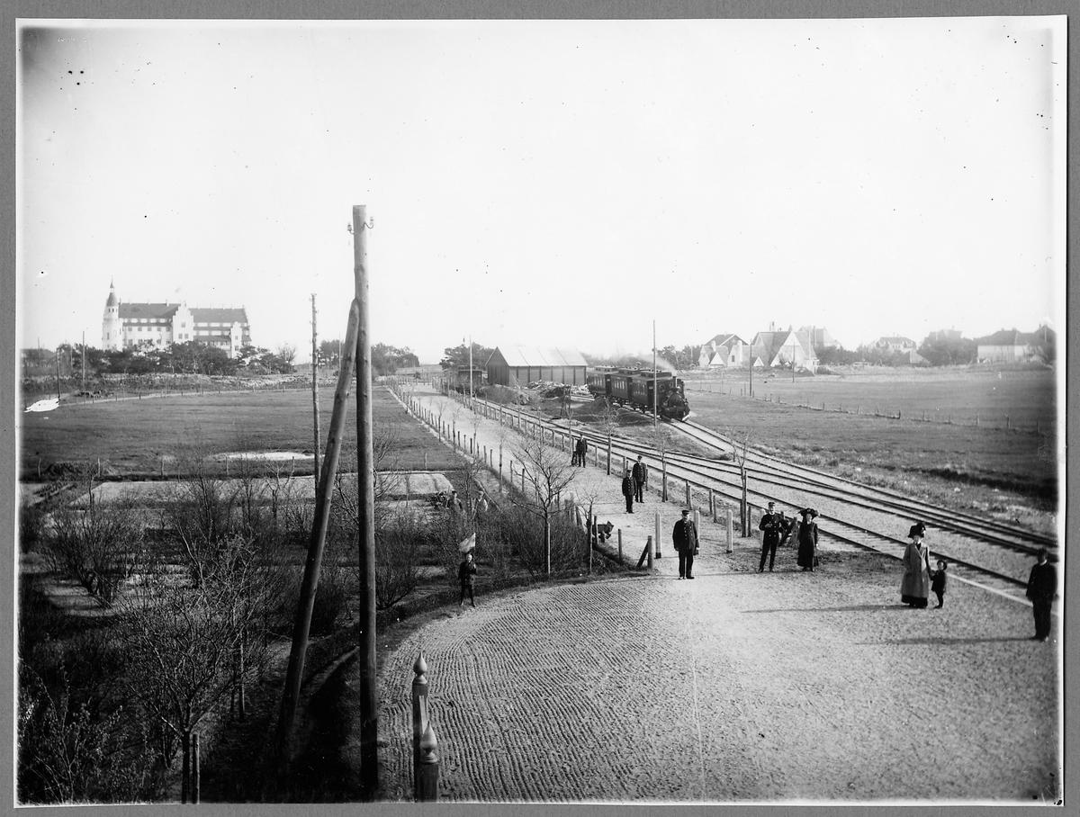 Ångtåg vid Falsterbo station och hotell Falsterbohus i bakgrunden.