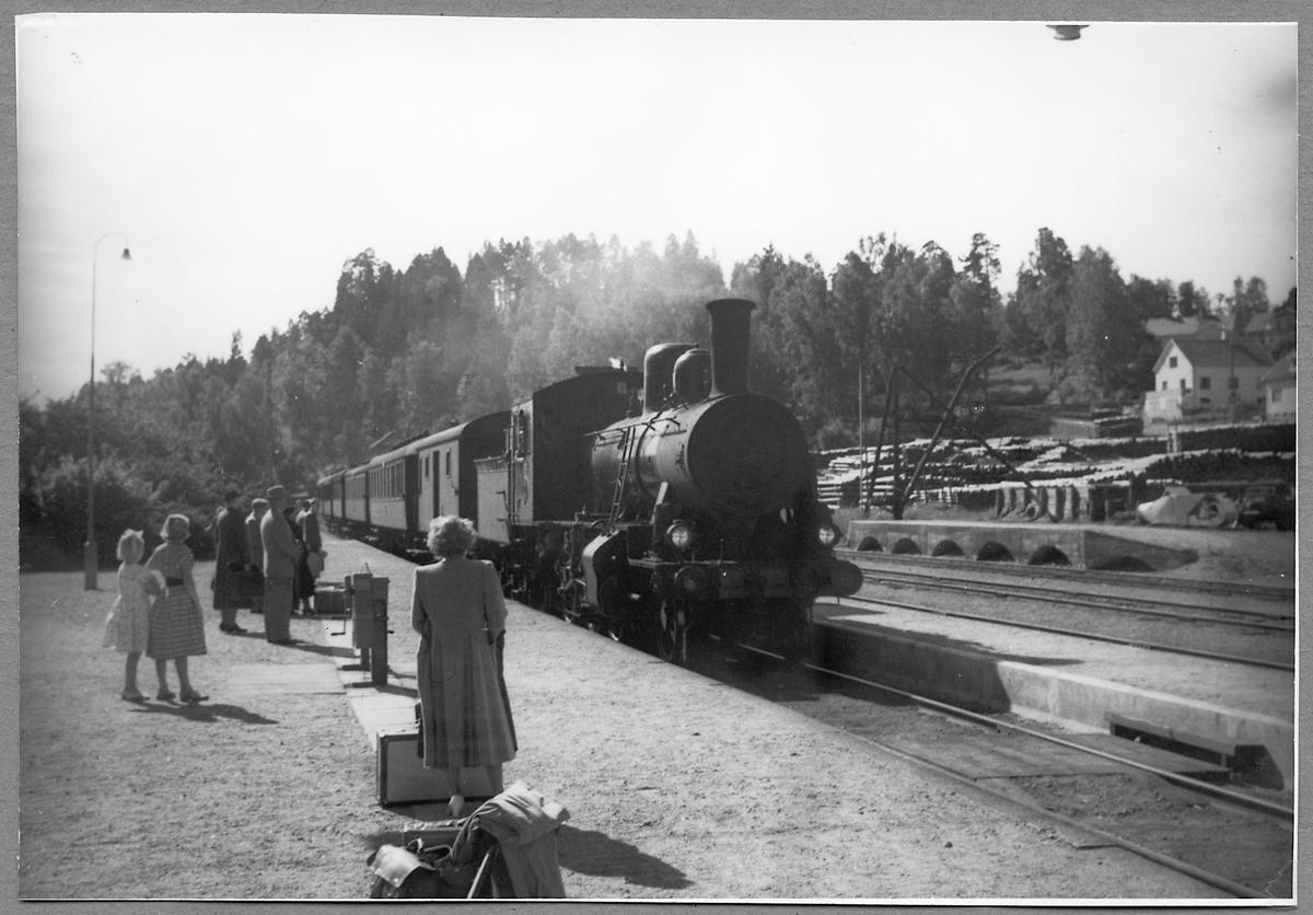 Stationen i Kisa och Statens Järnvägar, SJ L 808.
