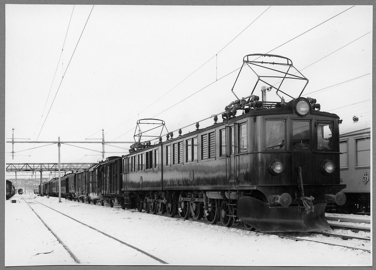 Blandat tåg Statens Järnvägar, SJ Pb 52 samt SJ Pb 53. Vagnarna närmast lok är ångfinka F2d, värme/kylvagnarna Hs m1911, Hs m1907, postvagn DC1a, C3d, CFo och resten.