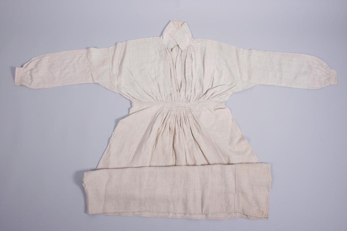 Skjorten består av to typer linstoff, øvre del er av fin lin og nedre del av grovere lin. Plagget er delt underbysten og i sammensyingen er det et smalt stoffstykke på 1, 7 cm som er brodert. Overdelen er rynket under bysten og bak i et felt på ca. 20-25 cm. Underdelen er rynket til overdelen, foran et felt på 13 cm og bak et felt på 14 cm. Bakstykket er rynket mot kraven. Nedre del av skjorten består av 3 høyder. Skjorten har høy krave og splitt MF. Ermene er glatt isydde med spjeld under armhulen. Ermene er tett rynket sammen til ermlinningene. Ermlinningene og kraven har tette hvitsømsbroderier. Broderier langs splitten MF og på skuldrene ved kraven. Smal blondekant på øvre del av kraven.