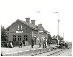 Erikstad envånings stationshus är byggd i tegel och byggdes