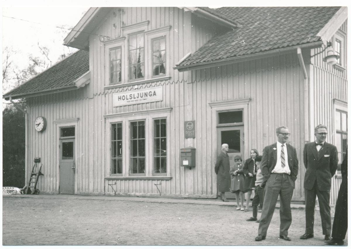Falkenbergs Järnväg, FJ   Holsljunga  station 1960-04-30.Några samhällsbor vid  tiden för tåg 158 (näst sista  tåget) nedlagt av bandelen Älvsered-Axelfors-Hillared 1961 -05-01