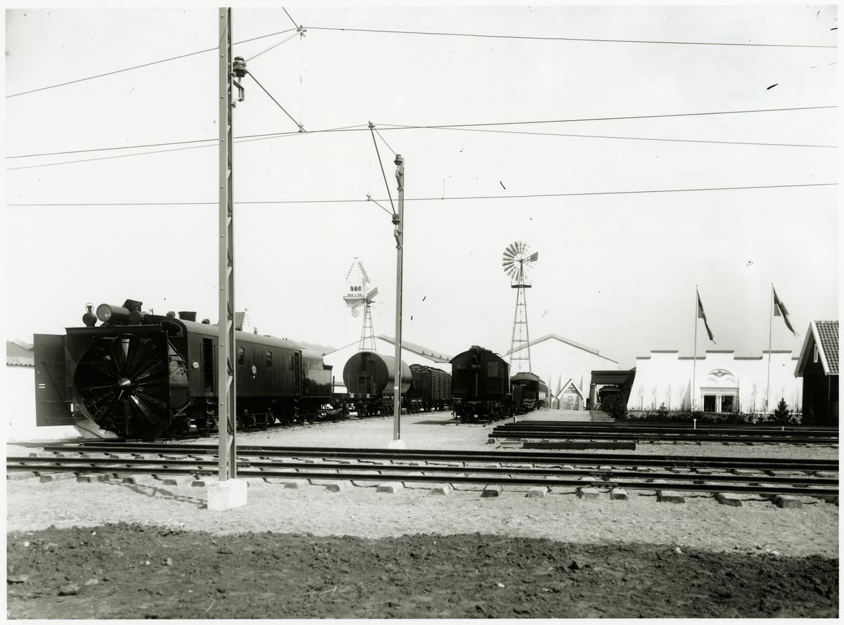 Baltiska utställningen 1914. Snöslunga och godsvagnar.