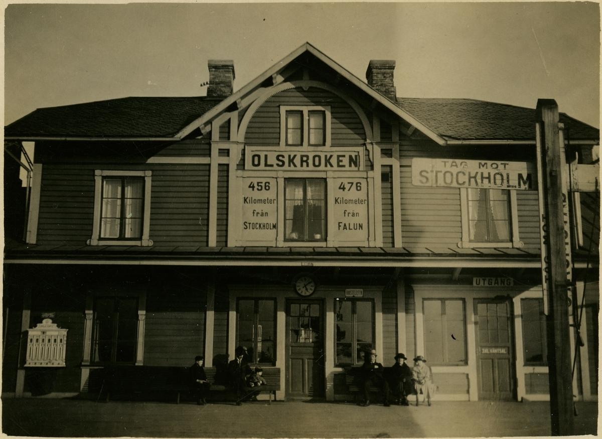 Stationen öppnades 1876 för godstrafik och 1881 för persontrafik. Statens Järnvägar och Bergslagernas Järnvägar byggde 1877 stationshuset för föreningsstationen. Det revs 1929 och ersattes av ett nytt, alldeles intill det äldre. Olskroken nedlades 1980 för persontrafiken. På bilden syns det gamla stationshuset.