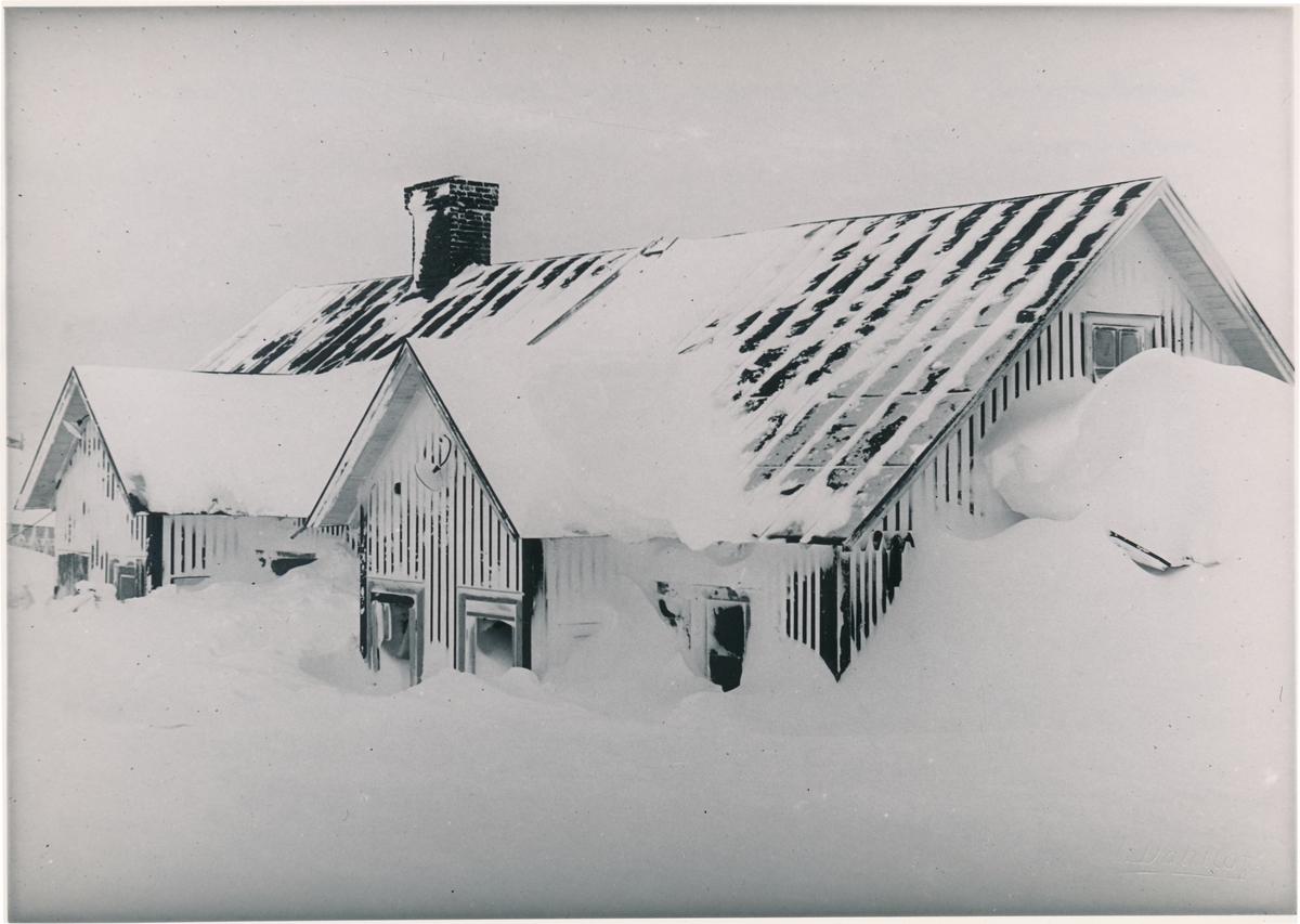 """""""Bergbaracken"""" i Riksgränsen sedd från fjällsidan efter snöskredet."""