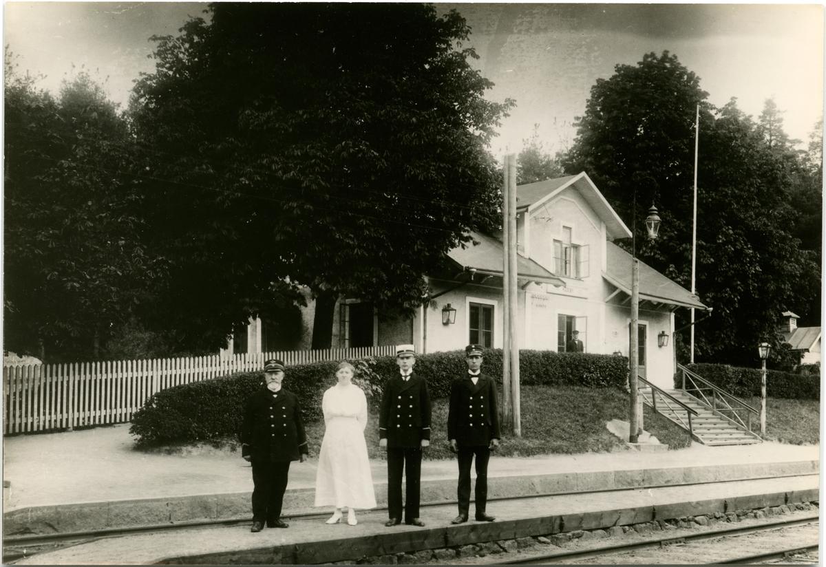 Rödeby station. Med på bilden är stationsföreståndare O. Andersson.