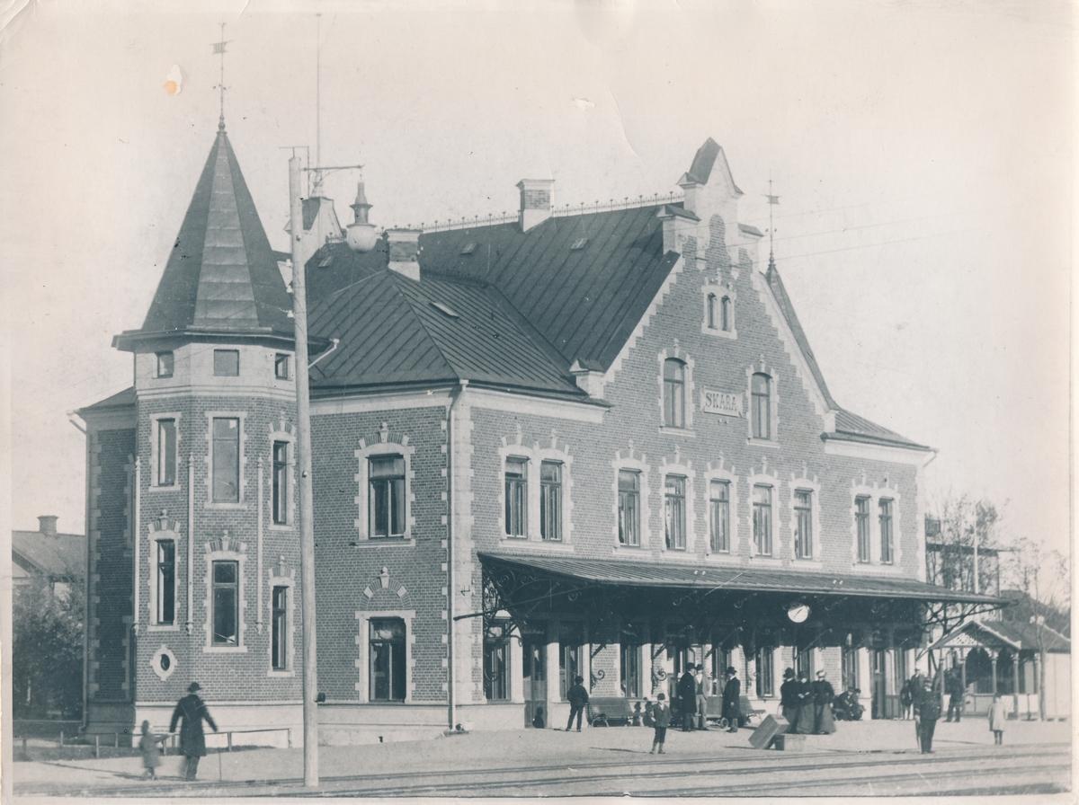 Vy vid skara station . Stationsinspektor Alb.Lindberg till höger i bild med flagga i hand.