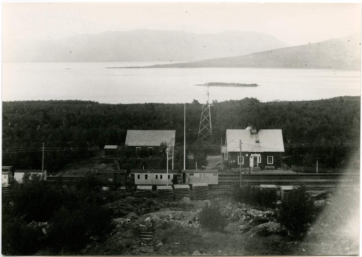 Stenbackens bangård. Statens Järnvägar, SJ. Banan öppnad 1903. Banan elektrifierades 1915. Stationshuset byggd 1902 och sålt 1998.
