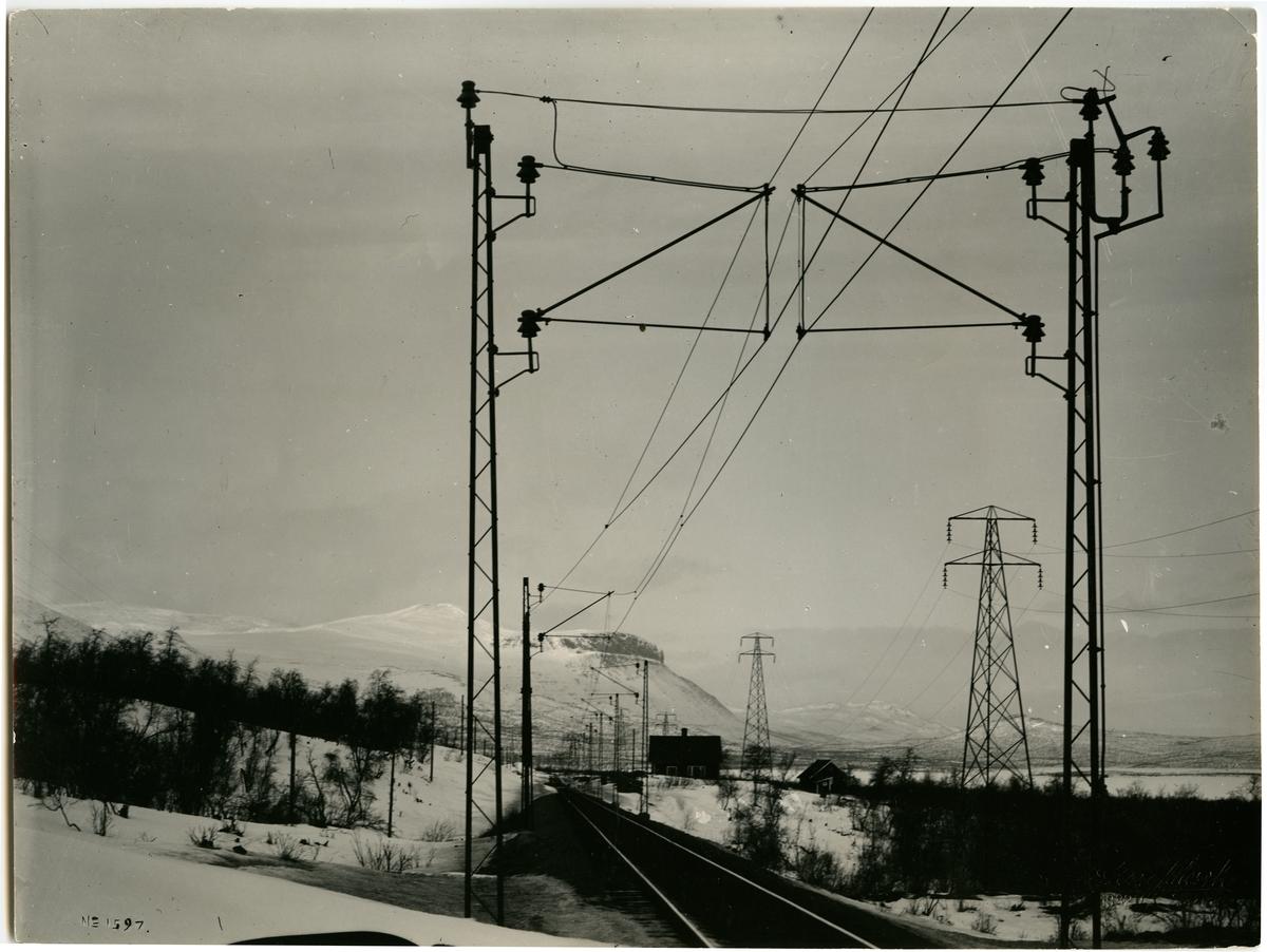 Stenbackens station. Motiv från Riksgränsbanan vid Kaisepakte. Statens Järnvägar, SJ. Banan öppnad 1903. Banan elektrifierades 1915. Stationshuset byggd 1902 och sålt 1998.