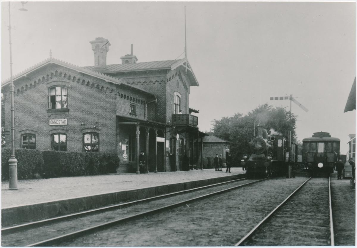 Önnestads station. Kristianstad-Hässleholms Järnväg, CHJ. Banan invigdes 1865. Övergick till Statens Järnvägar, SJ 1944. Fick eldrift 1955.