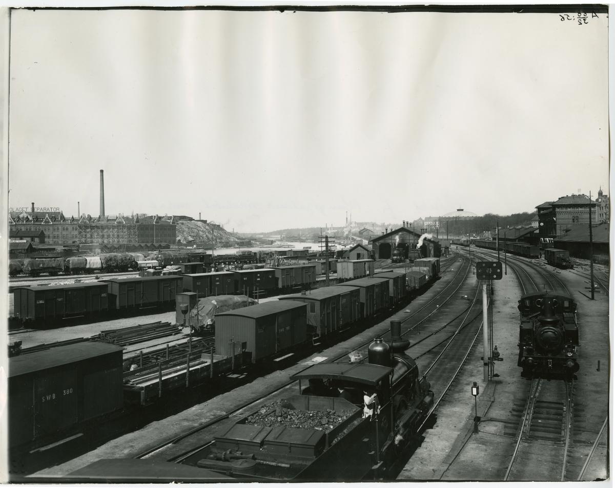 Utsikt från Kungsgatans viadukt, norrut. SJ Ca 298 i bildens nederkant och ett SJ Ke till vänster.  Bland godsvagnarna syns SWB 393, SWB 380, SWB 331, SWB 333 samt SJ G 13345.