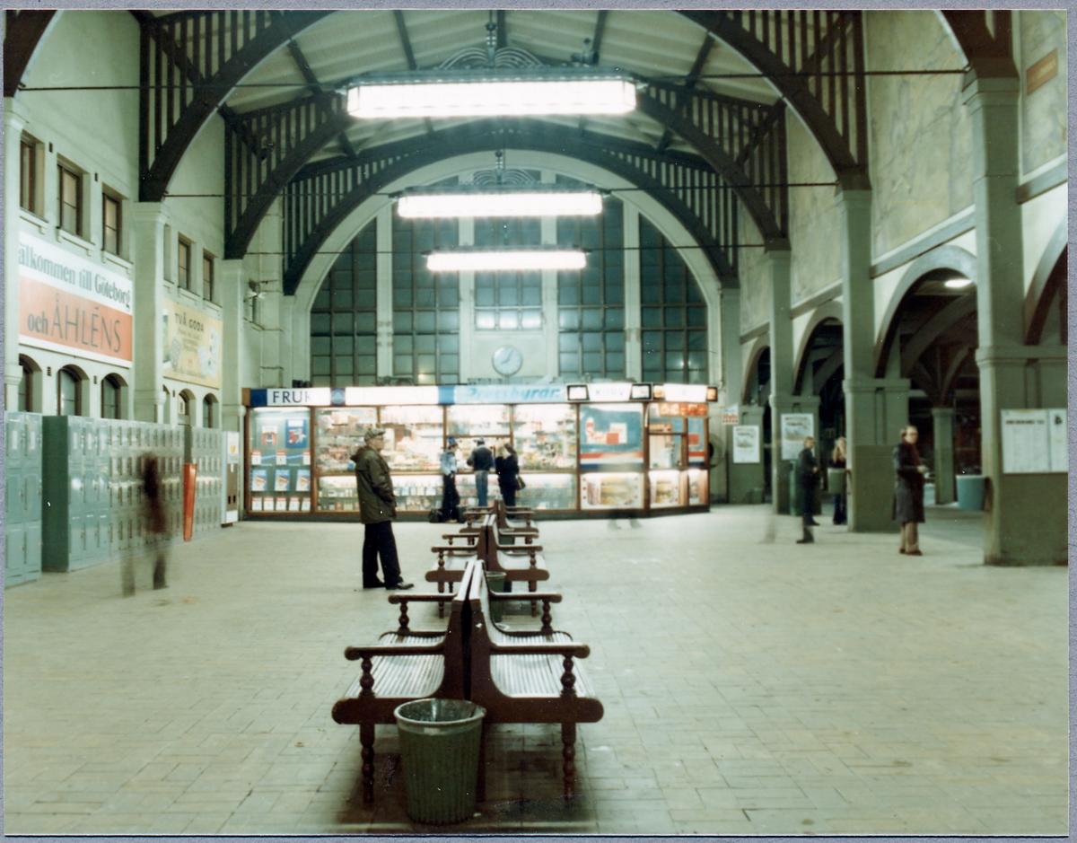Vänthall med pressbyrå och förvaringsboxar i Göteborgs centralstation