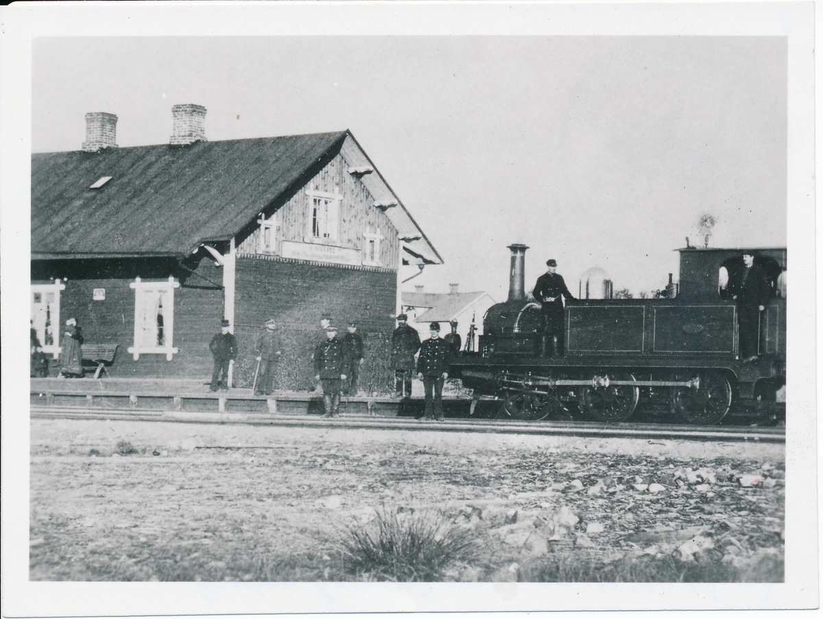 Kinnared station. Halmstad - Nässjö Järnvägar, HNJ lok 1.