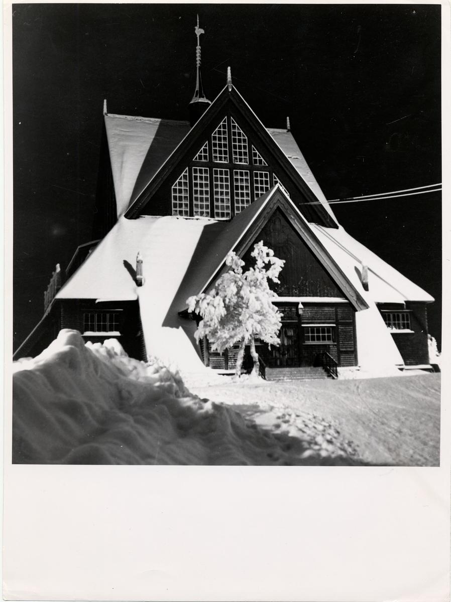 Kiruna kyrka på kvällen.