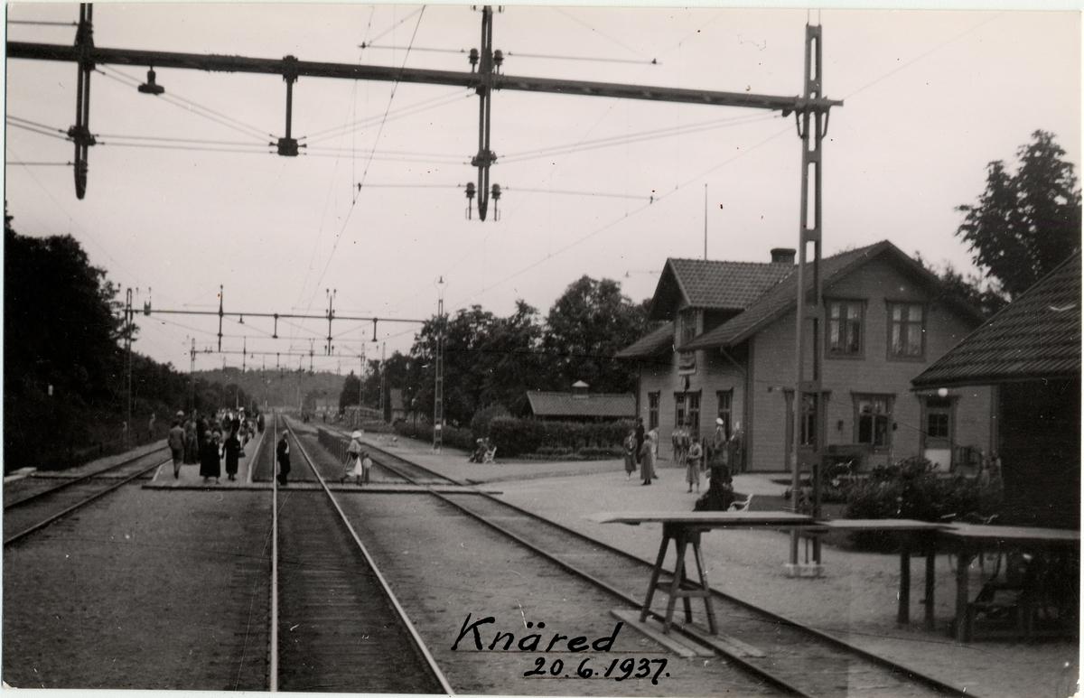 Resande vid Knäred station.
