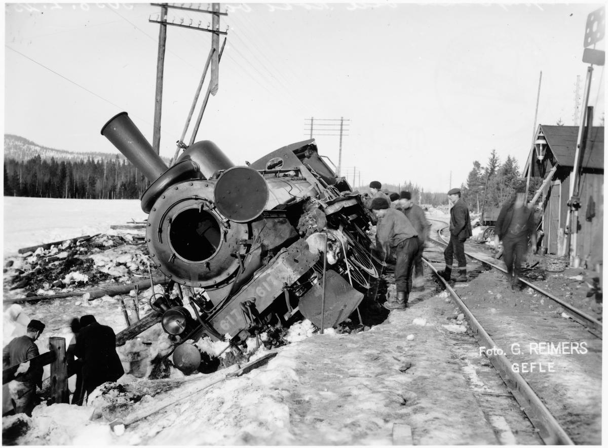 Olycka med flyktingtåget nr: 3043 med Statens järnvägars ånglok SJ Cc 617, som körde på tåg nr: 1613 vid Röstbo. Den 6 februari 1916.