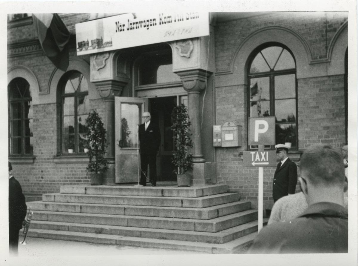 """Docent Carlstedt håller invigningstal i Söderhamn 1961-09-15 inför utställningen """" När Järnvägen kom till stan""""."""