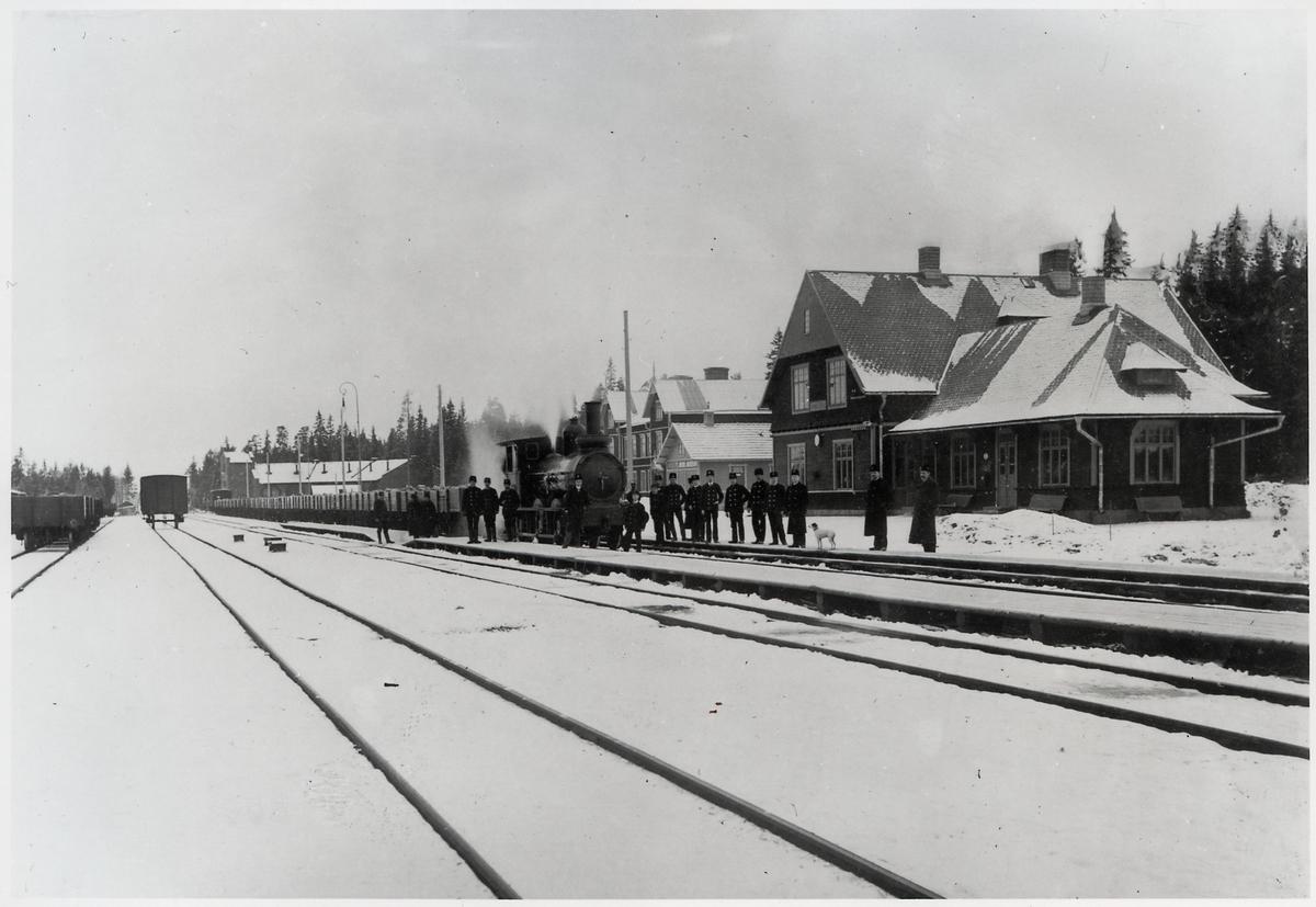 Örebro - Köpings Järnväg. Köping Hults Järnväg, KHJ lok 13. Framför Vanneboda stations hus i  början av 1900 talet.