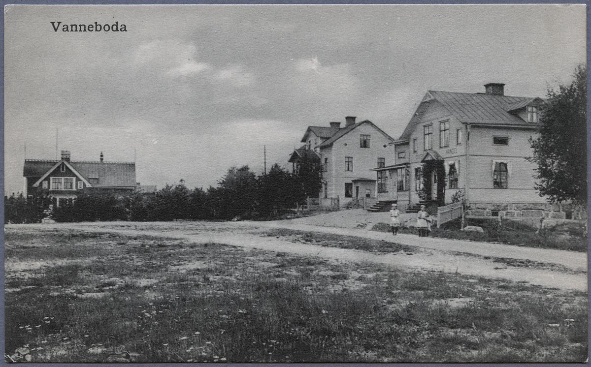 Restaurangen i Vanneboda till vänster. Bostadshuset Klippan och affären till höger.