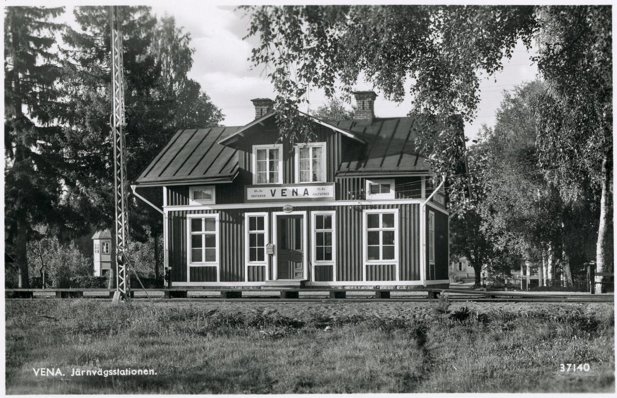 Hultsfred - Västerviks Järnväg, HWJ, Det finns en anslagstavla till höger om stationen och till vänster om vevställverket.