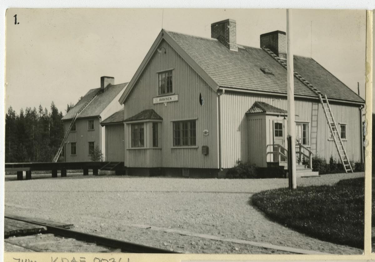 Envånings stationshus i trä, sammanbyggt i vinkel med godsmagasinet.