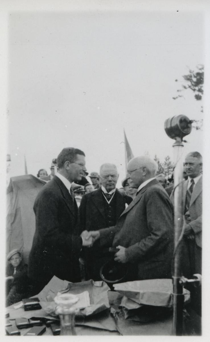 Överingenjör Fogelmark avtackas av kronprins Gustav Adolf.