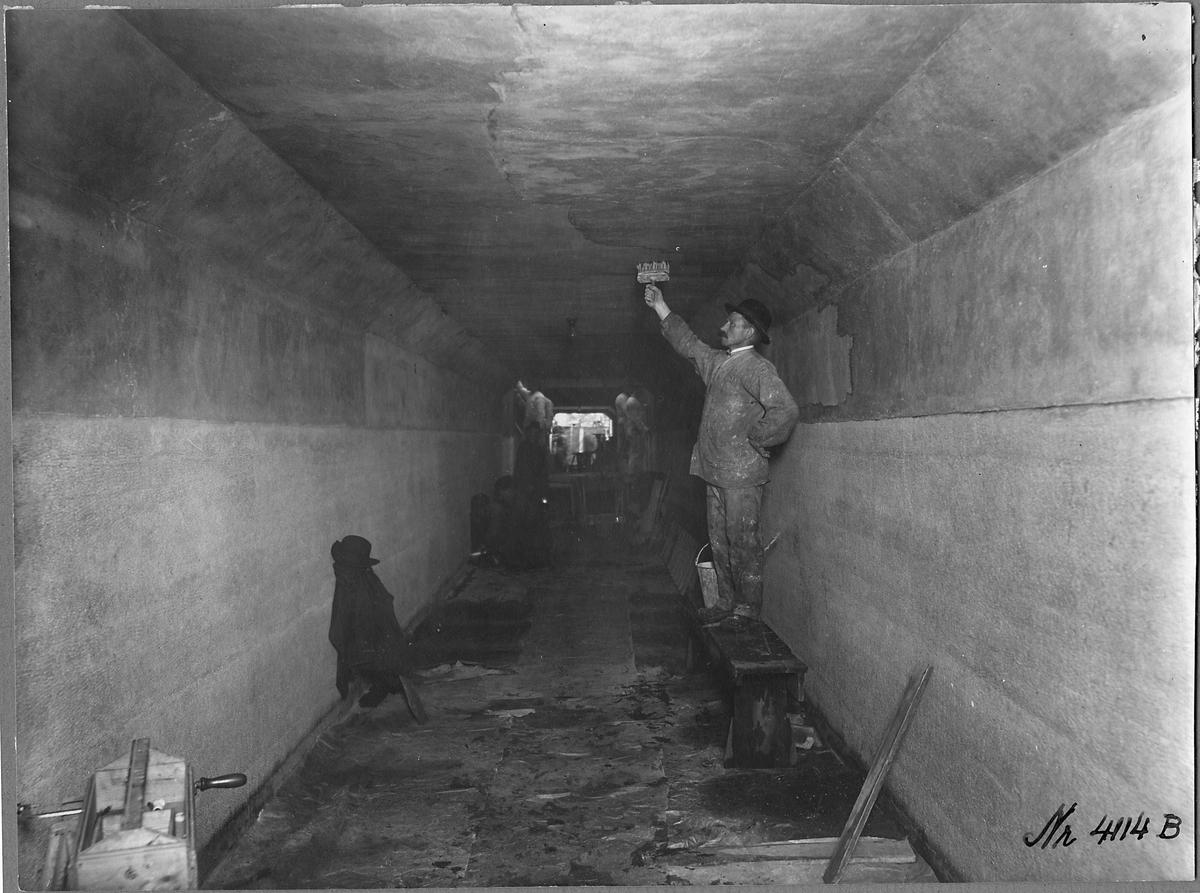 Kalkfärgning och putsning av gångtunneln.