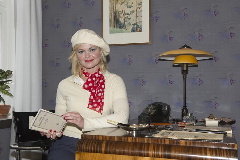 «Evelyn Berg» ved sitt skrivebord. (Foto/Photo)