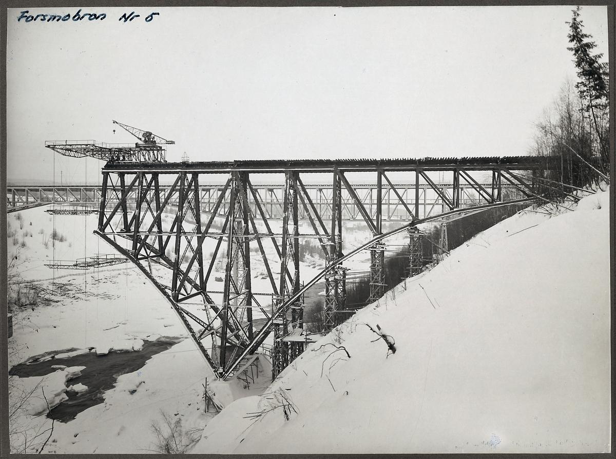 Brobygge av järnvägsbron över Ångermanälven vid Forsmo. Äldre bro syns bakom.