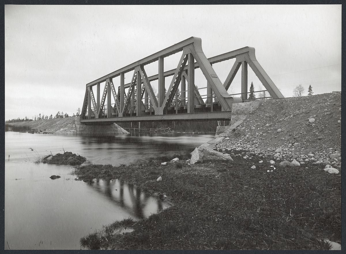 Järnvägsbro över Öjån på linjen mellan Sikåsbyn och Hallviken.