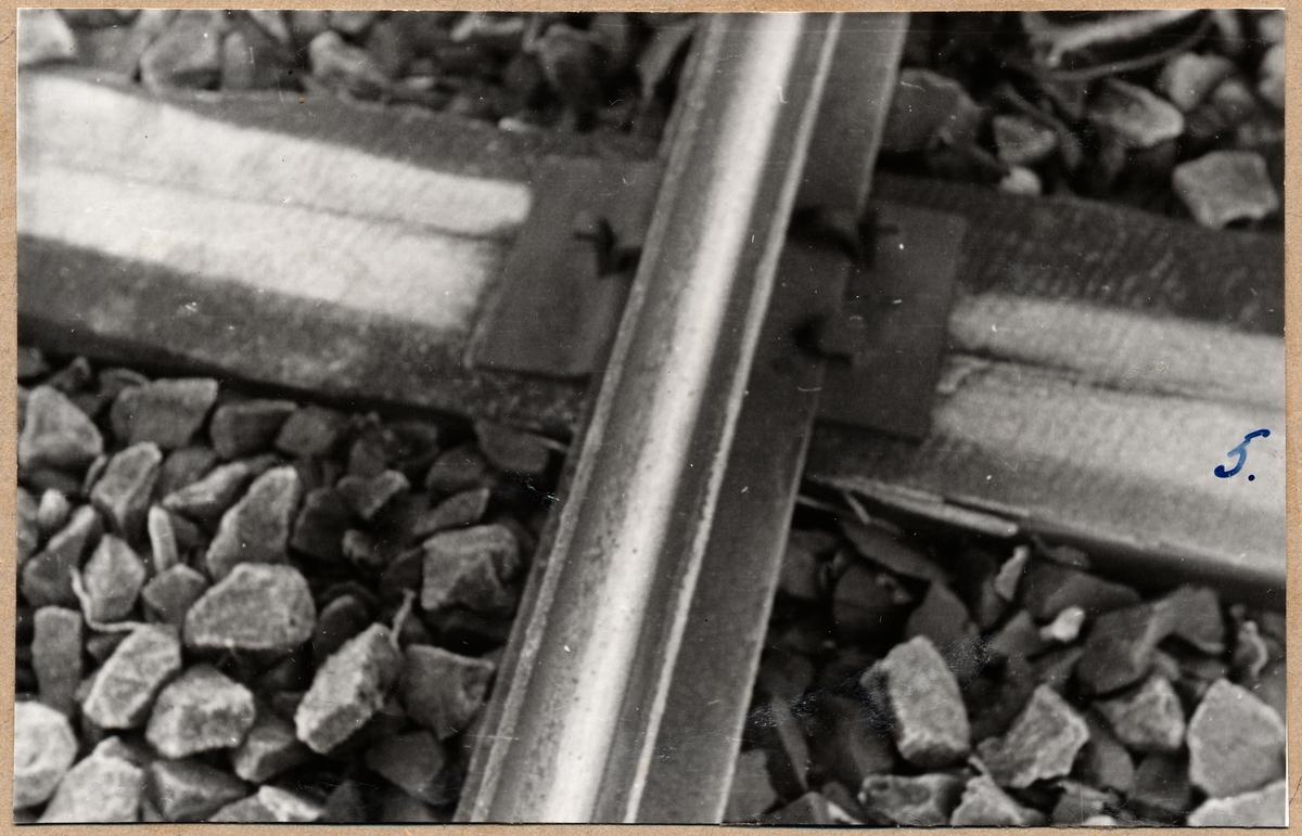 Detaljbild av befästning av järnvägsräls.