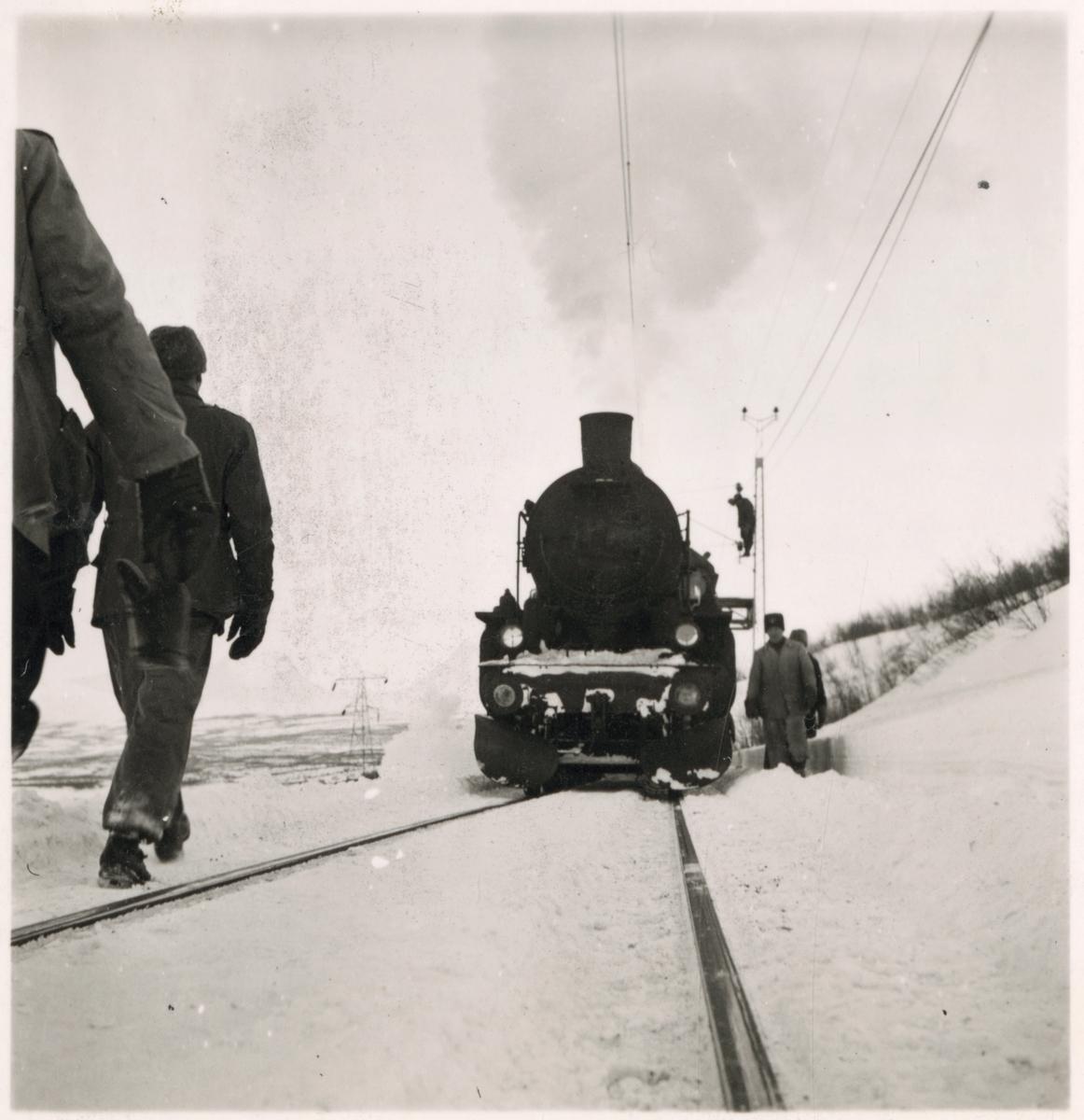 Reparation av kontaktledning på järnvägslinje efter snöskred.