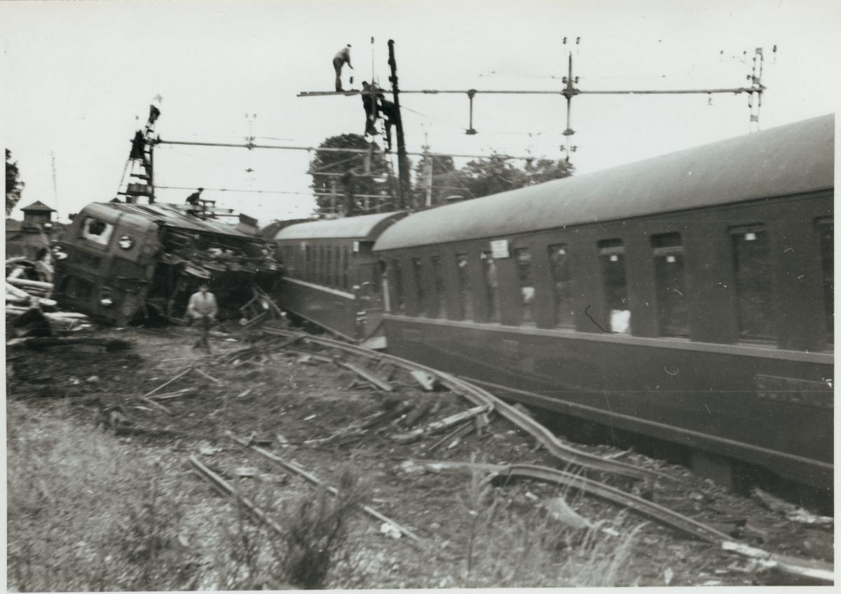 Från uppröjningsarbetet vid urspårningen i Pålsboda 1951 av Statens Järnvägar, SJ Dk 539. I förgrunden en Norges Statsbaner, NSB sovvagn.