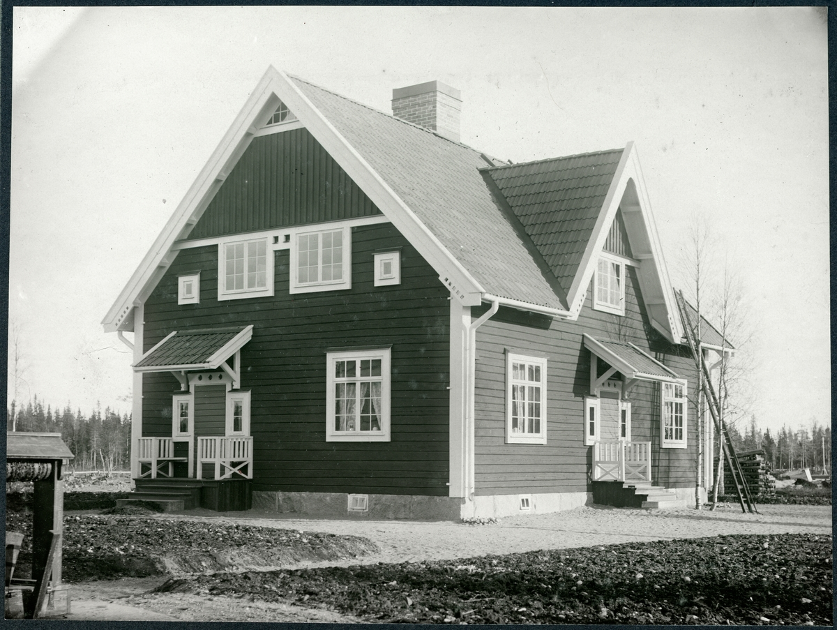 """Boställshus vid Vitvattnet. Banmästarstuga. Troligen byggda omkring  1911 när stationshuset byggdes. """"Två banvaktsbostäder i byggnad 9B, 2 rum och kök resp. 1 rum och kök. Troligen nr 333."""" Enligt  www. banvakt.se"""