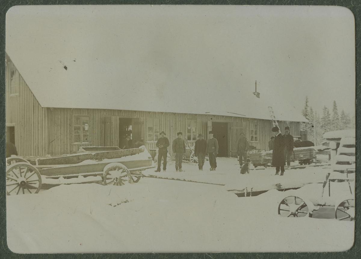 Arbetare vid ett snörikt landskap.