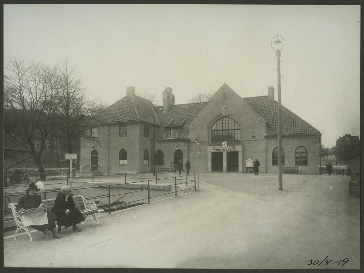 Stationshuset invigdes 1918. Anläggandet av dubbelspåret mellan Rönninge och Ström.