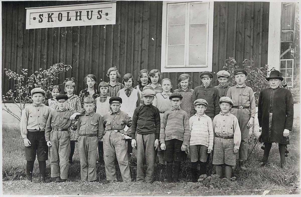 Ryggens Folkskola i Vika socken. Elever samt läraren John Sens. Sens hade sin bostad i skolan och var alltid klädd i Rättviksdräkt.